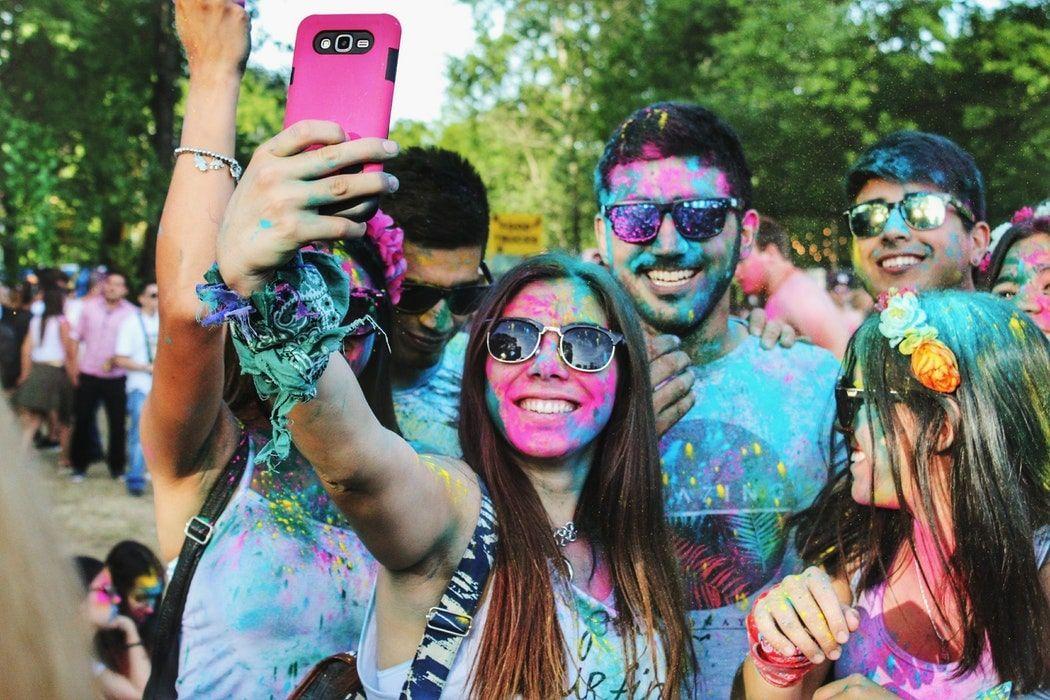 Селфи людей в красках холи